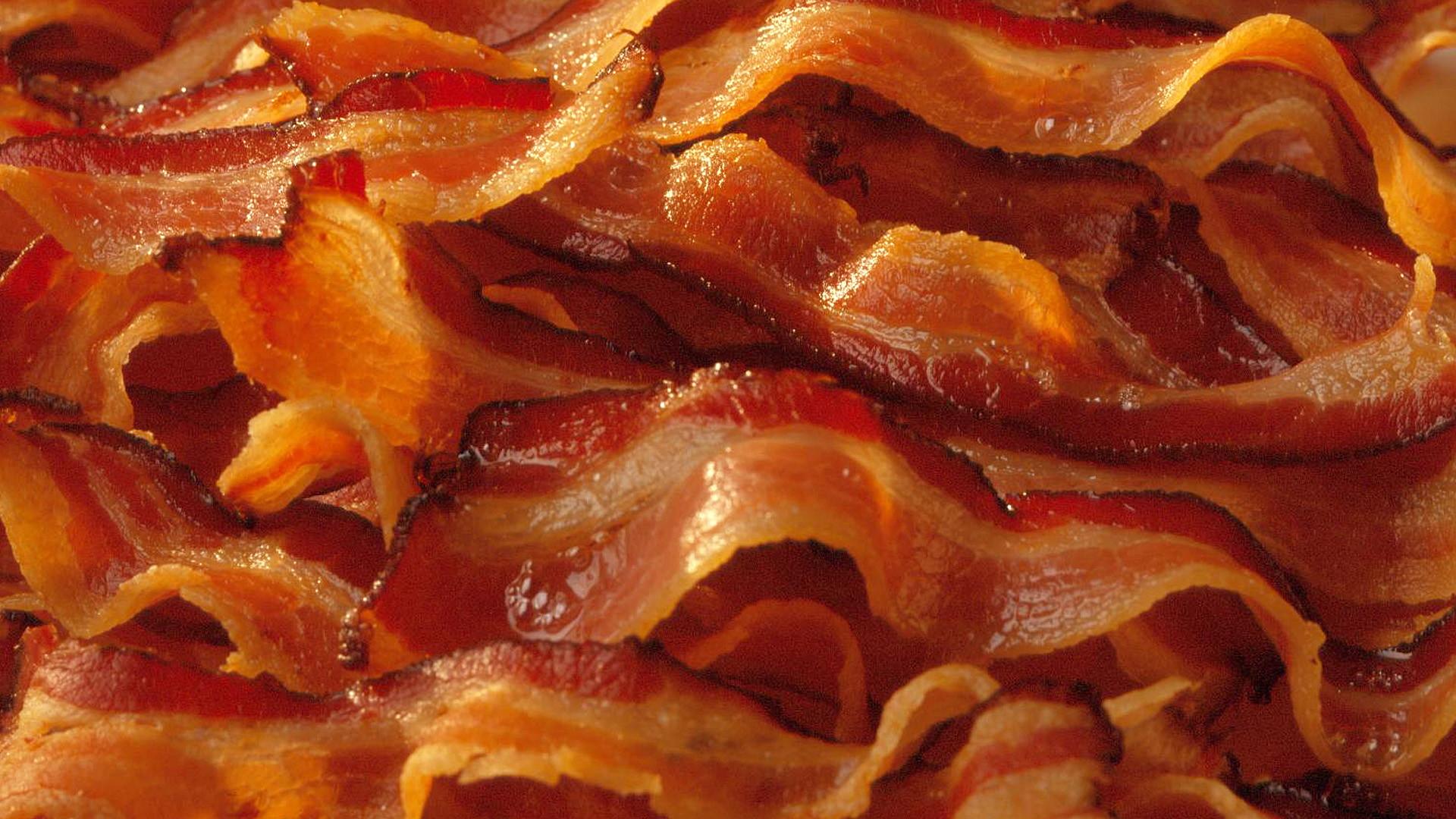 Sådan steger du perfekt bacon uden det krøller sammen